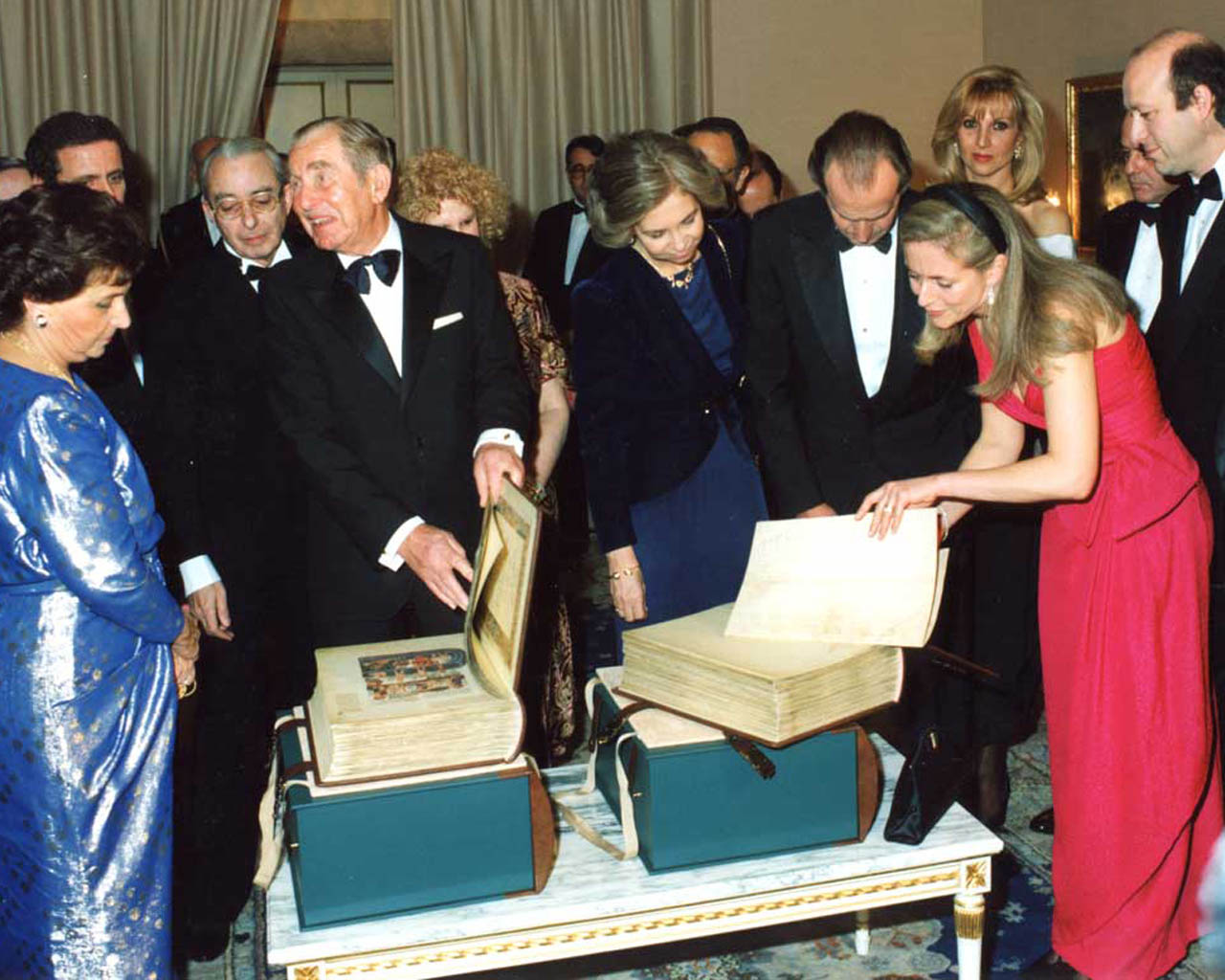 """Linda Falter discusses the production of the facsimile of the Alba Bible with their Majesties King Juan Carlos I and Queen Sofia. Image © Copyright  <small>For use visit: <a href=""""https://www.facsimile-editions.com/copyright/"""">Copyright T&C Facsimile Editions Ltd</a></small>"""